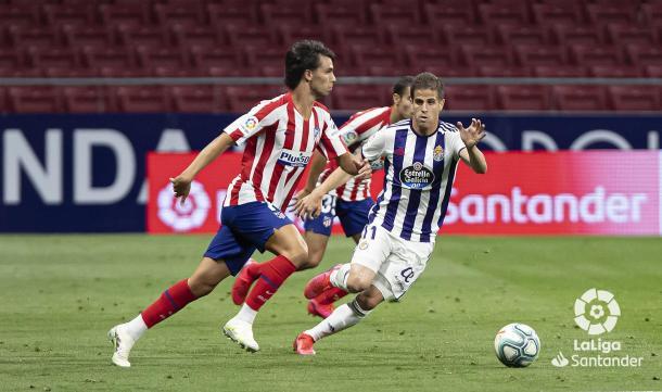 Hervías pugna con Joao Felix por el esférico. Fuente: Real Valladolid