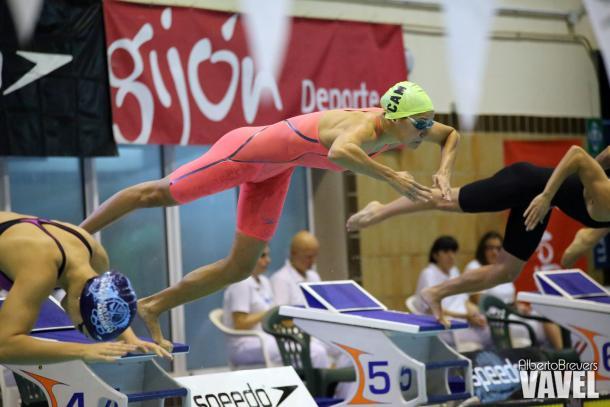 Duane da Roche lanzándose a la piscina en el Club Natación Santa Olaya