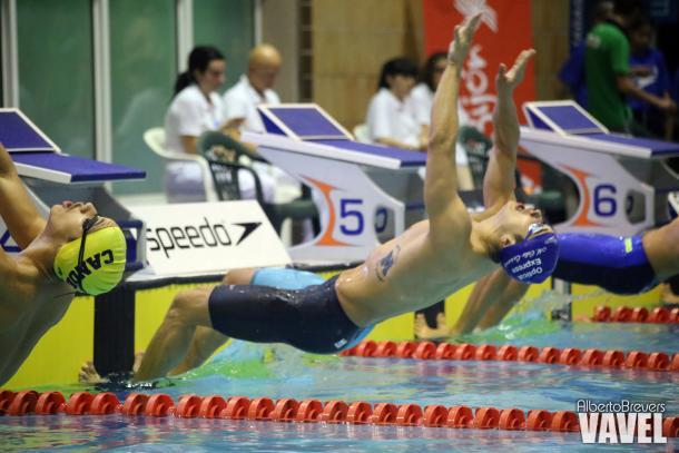 Miguel Ortiz-Cañavete lanzándose a la piscina en una de sus pruebas matutinas en el Club Natación Santa Olaya