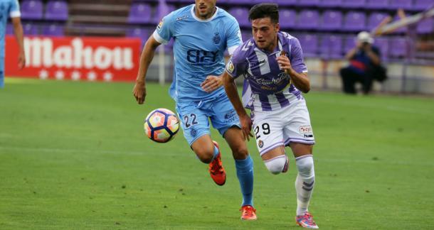 Arnáiz disputa un balón en un partido de la pasada temporada | Foto: Real Valladolid