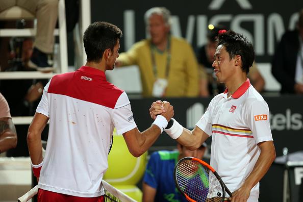 Novak Djokovic consola Kei Nishikori após vencer por 2-6 6-1, 6-3 as quartas do Master 1000 de Roma (Foto: Giampiero Sposito/Action Plus via Getty Images)