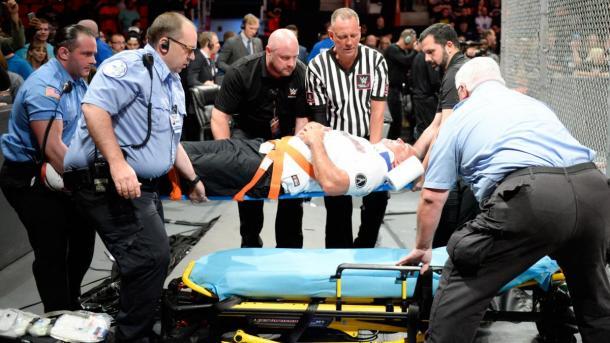 Shane evacuado tras el combate. Foto: WWE