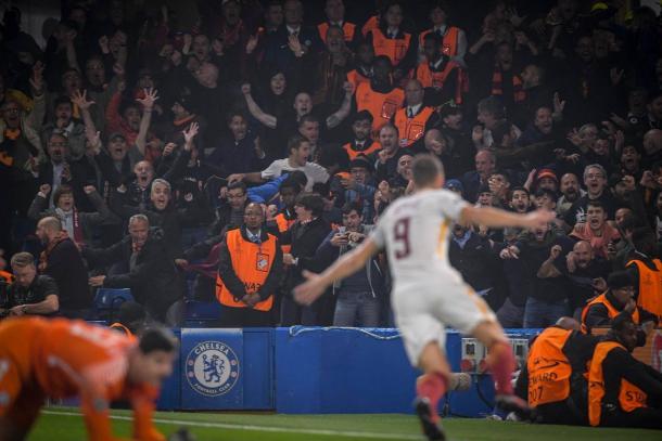 Dzeko celebrando un gol en Stamford Bridge / Foto: Roma