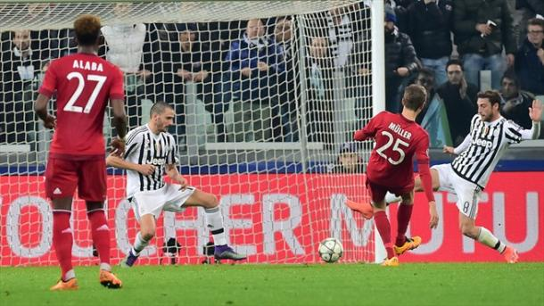 Müller define el primer gol del partido. // (Foto de es.uefa.com)
