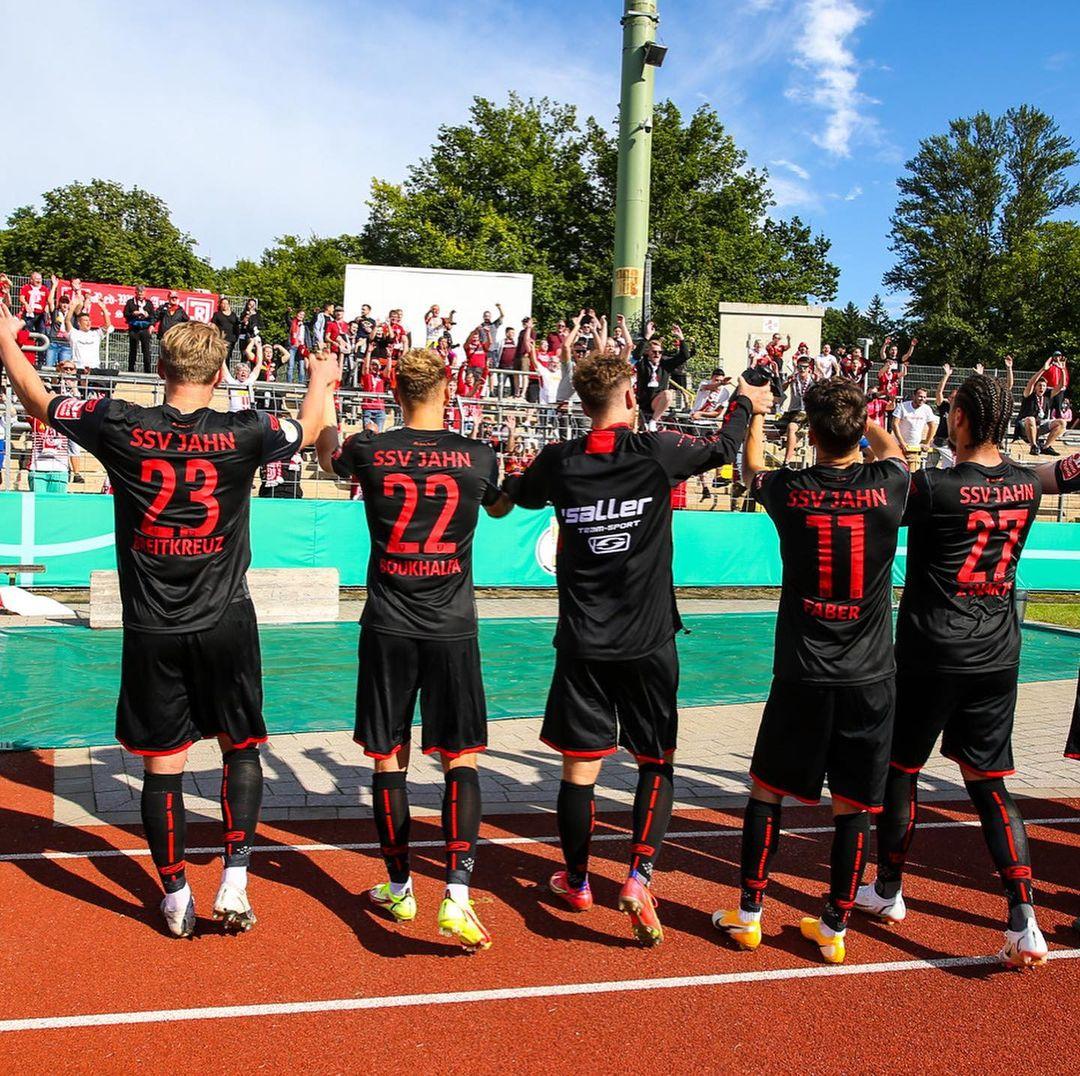 Los hombres del Jahn y el festejo ante los fans / Foto: @ssv_jahn_regensburg