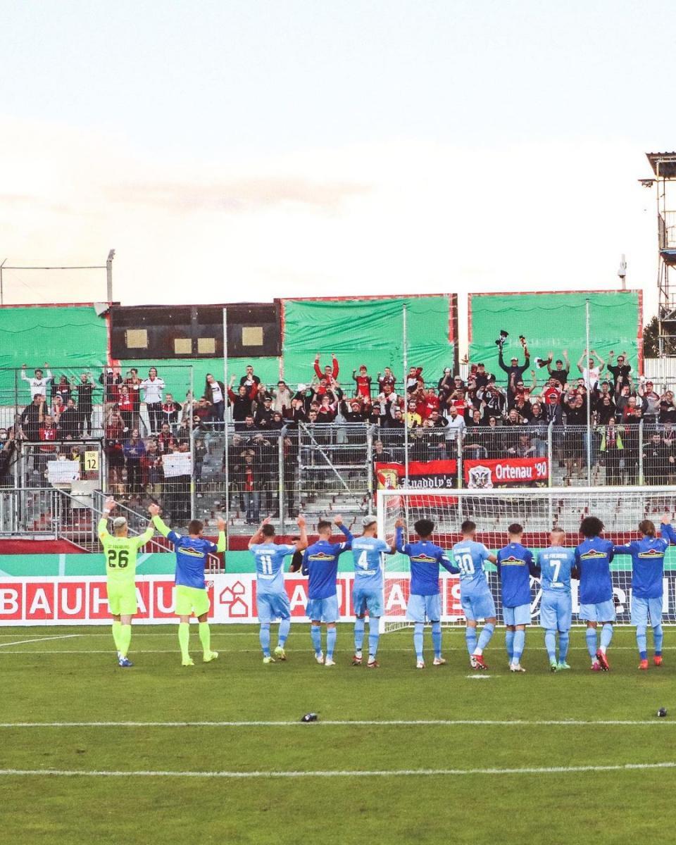 Los jugadores del Friburgo celebrando con los aficionados / Foto: @scfreiburg