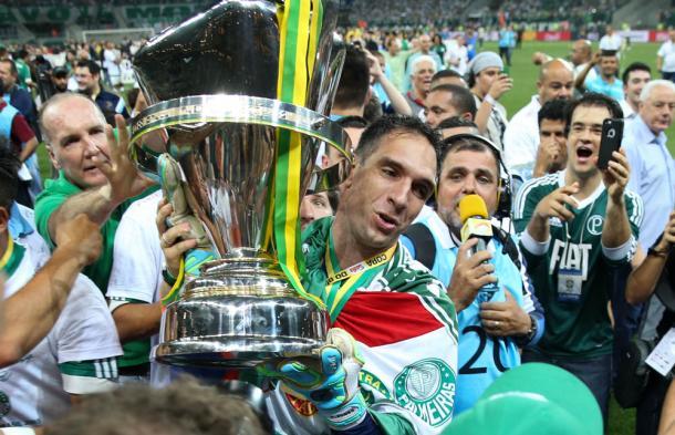 Herói da Copa do Brasil comemora com a taça (Foto: Cesar Greco / Fotoarena)