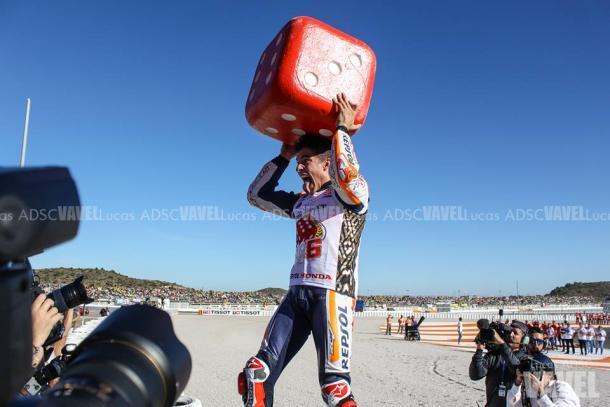 Marc celebra su título con el dado del Big 6 / Foto: Lucas ADSC
