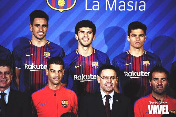 Los jugadores del FC Barcelona B posan junto a Bartomeu. | Foto: Noelia Déniz, VAVEL