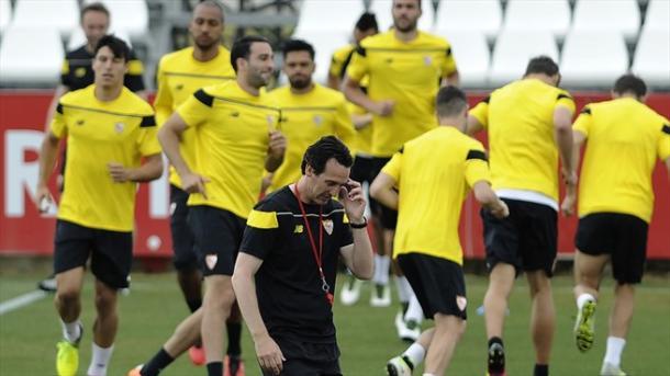 Emery riflette mentre i suoi si allenano. Fonte: AFP/Getty Images.