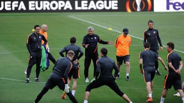 Lucescu impartisce ordini alla sua squadra. Fonte: AFP/Getty Images.