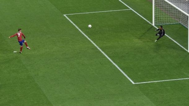 A bola à barra no penalti de Griezmann foi o inicio do azar do Atlético | Foto: uefa.com/uefachampionsleague
