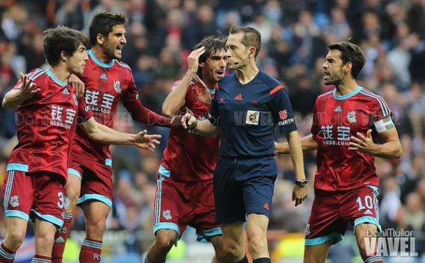 Los jugadores de la Real protestando una decisión tomada por González González | Imagen: Dani Mullor - VAVEL