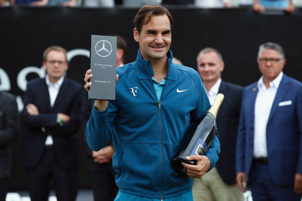 Roger Federer holds yet another grass court trophy in Stuttgart. Photo: Alex Grimm/Getty Images