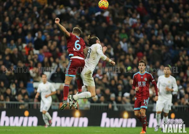 Bale pelea un balón aéreo con el defensa de la Real Sociedad / Foto: Dani Mullor (VAVEL)
