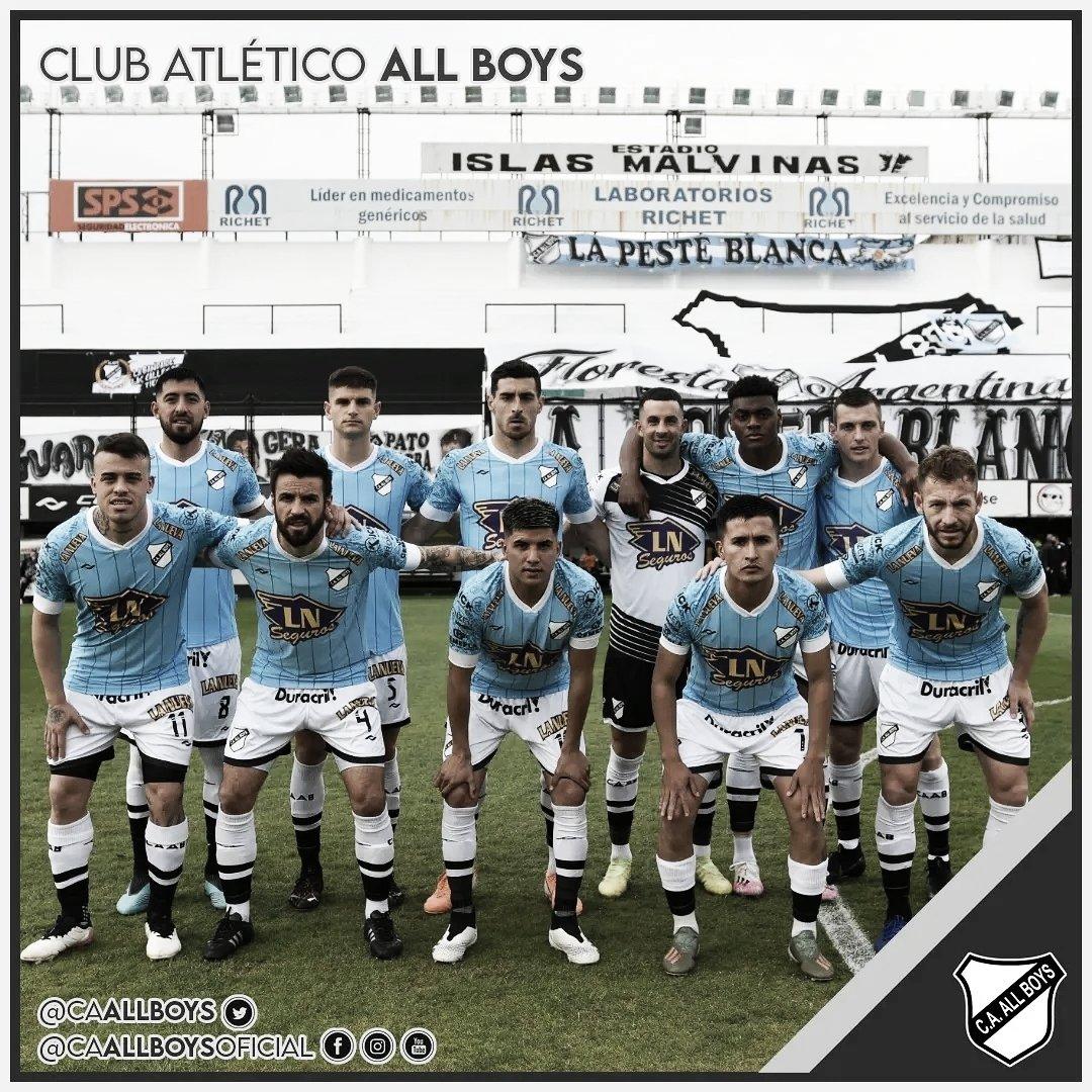 Formación de All Boys con el estreno de la nueva camiseta