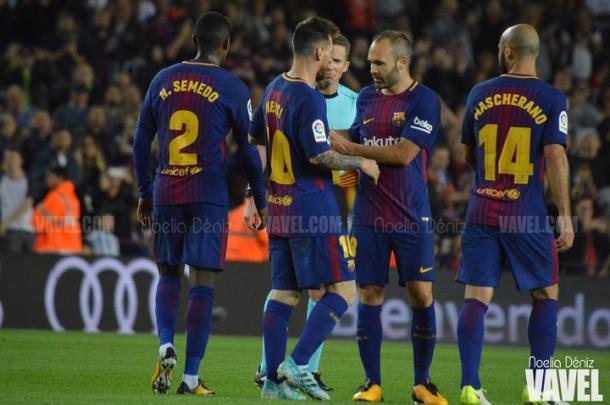 Andrés Iniesta colocándole el brazalete a Leo Messi. Foto: Noelia Déniz, VAVEL