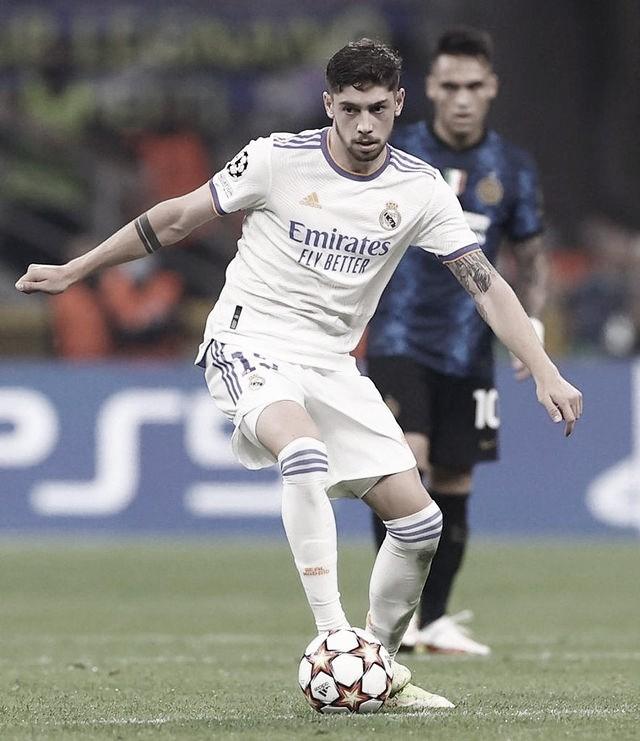 Valverde conduce un balón frente al Inter. Foto: @fedeevalverde