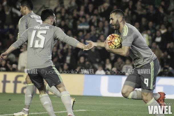 Benzema celebra el 1-1 junto a Carvajal | Foto: Juan Ignacio Lechuga (Vavel)
