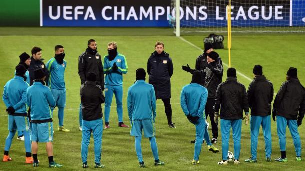 Schmidt parla alla squadra. | Fonte immagine: UEFA.com