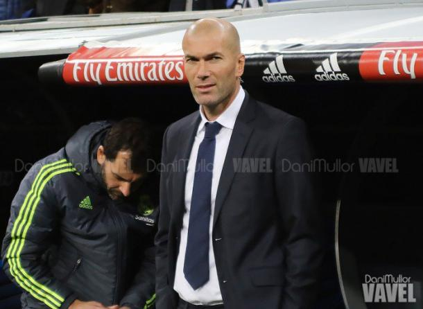 Zidane en la banda antes del comienzo de un partido/Foto:Vavel(Dani Mullor)