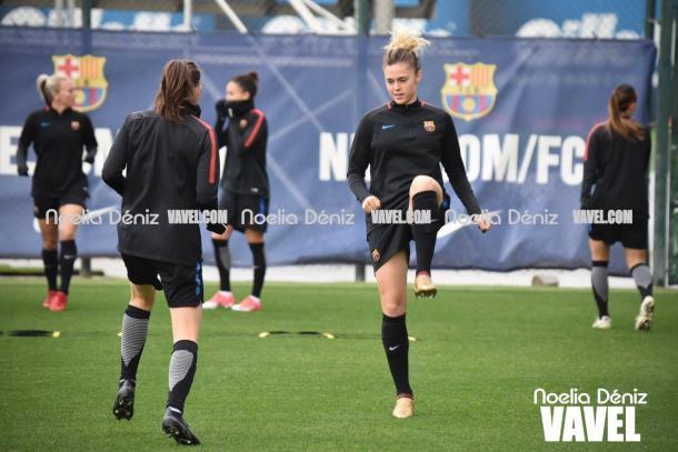 Las jugadoras del femenino calentando. | Foto: Noelia Déniz, VAVEL