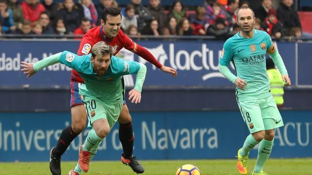 Flaño frente a Leo Messi en El Sadar (UEFA.com)