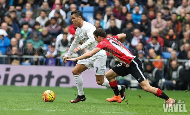 Óscar de Marcos, disputando un balón a Ronaldo. Fuente: Dani Mullor (vavel)