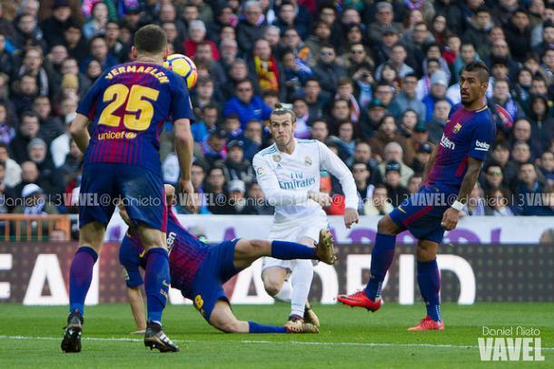 Vermaelen en el Santiago Bernabéu durante el Clásico. Foto: Daniel Nieto, VAVEL.com