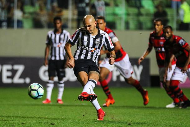 Cinco pênaltis, cinco gols para Fábio Santos nesta temporada (Foto: Bruno Cantini/Atlético-MG)