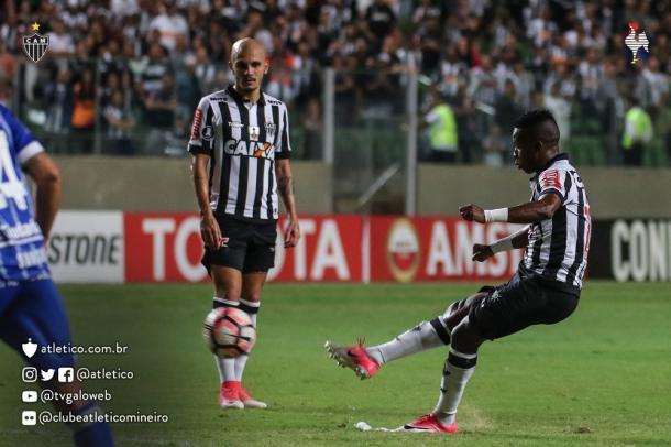 Momento da batida de Cazares para o segundo gol dele na partida
