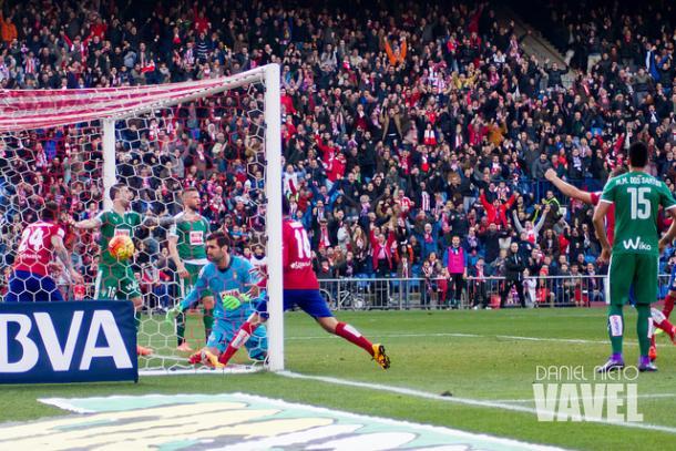 Momento del gol de Giménez | Imagen: Daniel Nieto (VAVEL)
