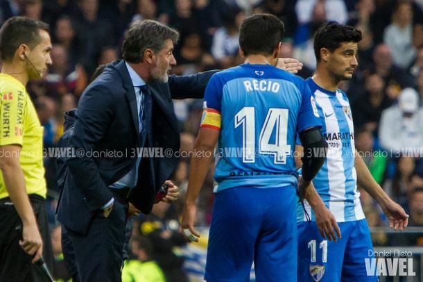 Michel charlando con dos de sus futbolistas I Foto: Daniel Nieto (VAVEL)