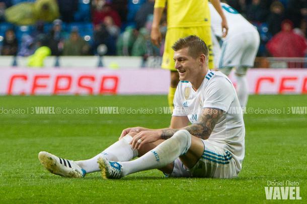 Kroos sentado en el césped tras recibir una falta / Fuente: Vavel.com