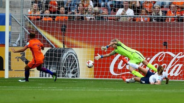 Momento do gol da atacante do Liverpool Ladies. (FOTO: uefa.com)