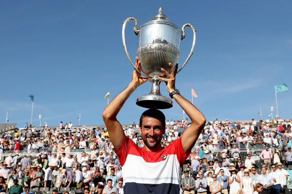 Marin Cilic hoists his second trophy at the Queen's Club. Photo: Matthew Stockman/Getty Images