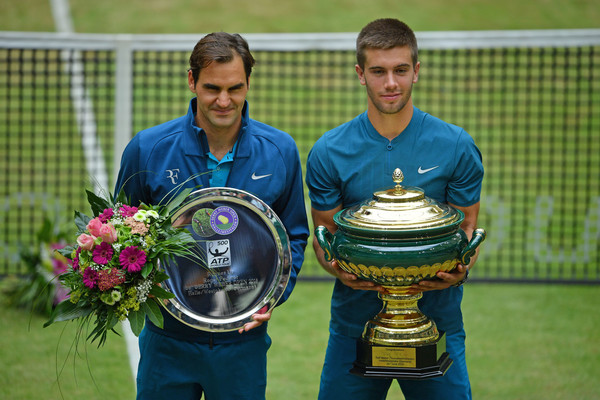 Borna Coric (right) stunned Roger Federer (left) in the Halle final. Photo: Thomas Starke/Getty Images