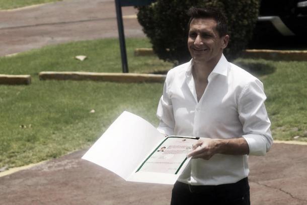 Feliz el 'Chaco' con sus papeles naturalizado mexicano | Fuente: Info7.mx