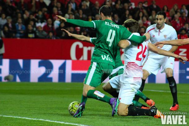 Ramis en una acción del Sevilla - Eibar | Imagen: Juan Ignacio Lechuga / VAVEL