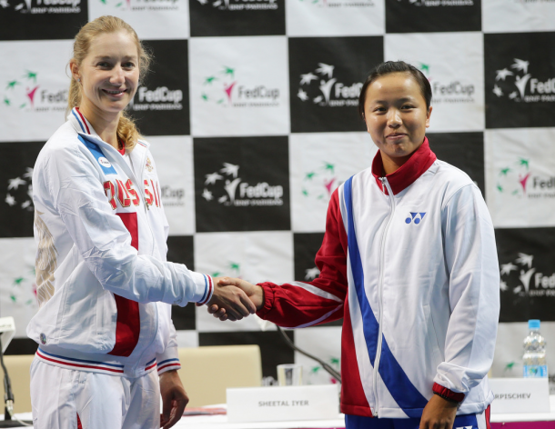 Makarova and Lee wishes each other good luck during the draw ceremony | Photo: Fed Cup/Andrei Golovanov