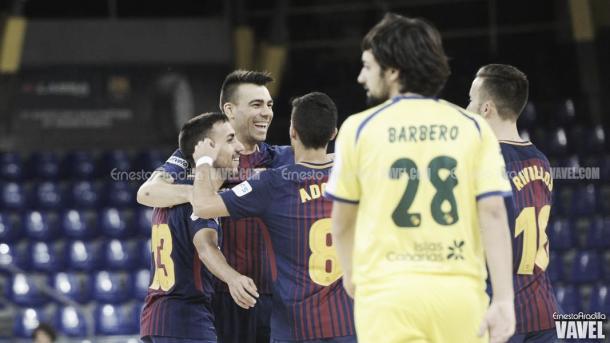 Los jugadores culés celebran uno de los goles, mientras Barbero se lamenta | Foto: Ernesto Aradilla - Vavel