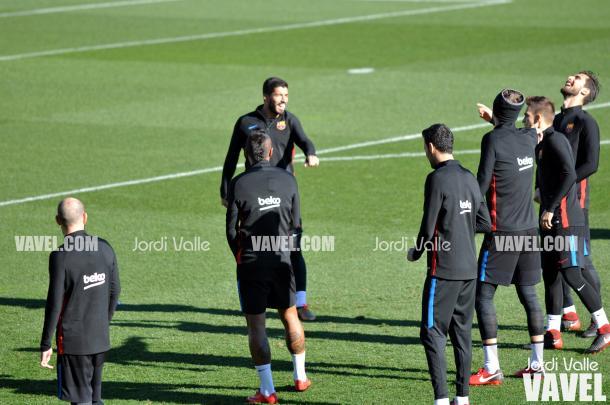 Buen ambiente entre los jugadores en el rondo | Foto: Jordi Valle, VAVEL