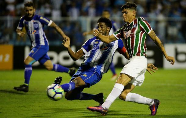 Betão tenta interceptar passe de Aryton Lucas (Foto: Lucas Merçon / Fluminense)