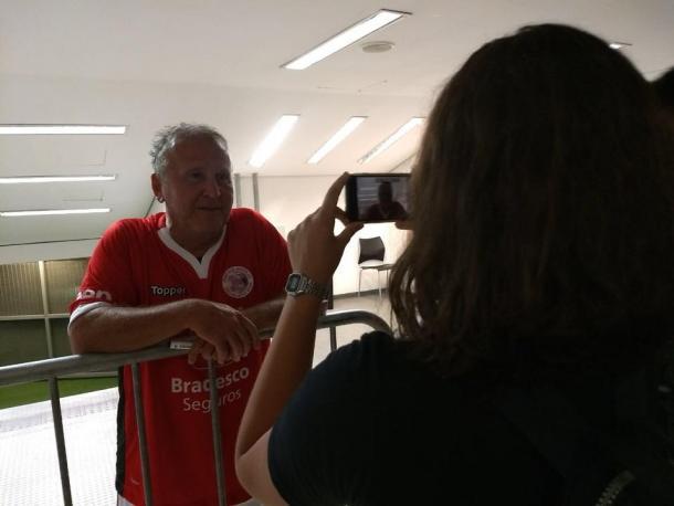 Zico conversa com repórter Bárbara Mendonça no Maracanã (Foto: Marcello Neves/VAVEL Brasil)