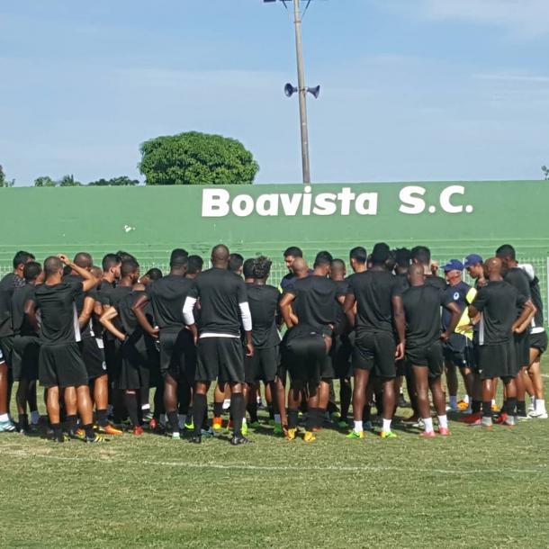 Jogadores recebem orientação do treinador Eduardo Allax (Foto: Divulgação/Boavista S.C)