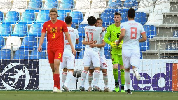 Oyarzábal abraza al goleador Dani Olmo / Foto: UEFA