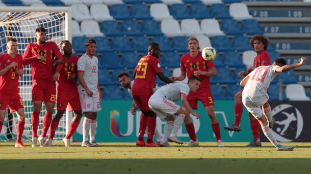 Dani Ceballos chuta un libre directo al larguero / Foto: UEFA