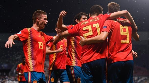 Los chicos de España se abrazan / Foto: UEFA