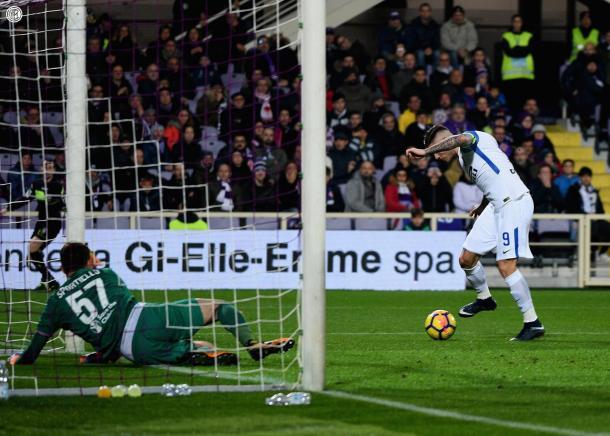 Icardi rematando en segunda instancia con un vencido Sportello | Facebook: Inter