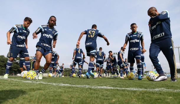 Jogadores durante treinamento em Atibaia (Foto:Cesar Greco/Ag Palmeiras/Divulgação)